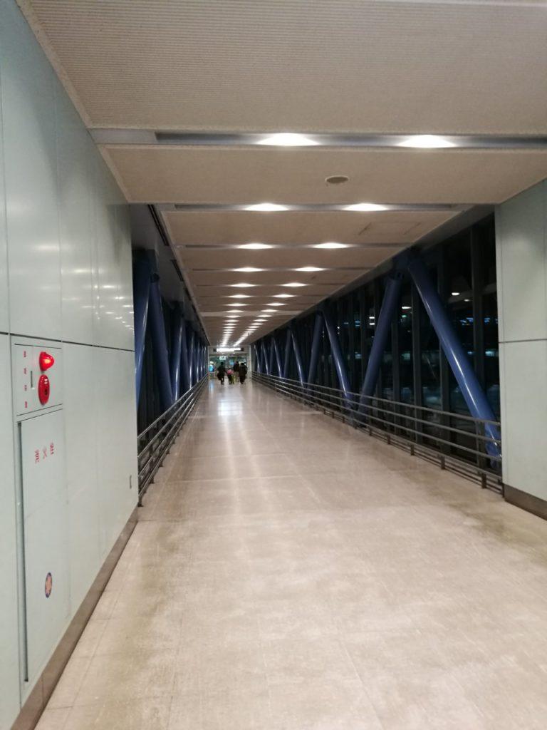 駐車場からターミナルへの連絡通路