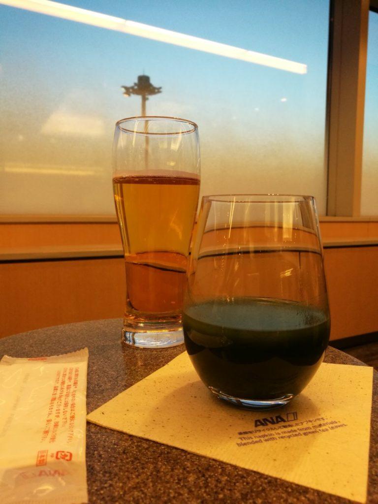 羽田ANAラウンジで青汁とビール。そして夜明け