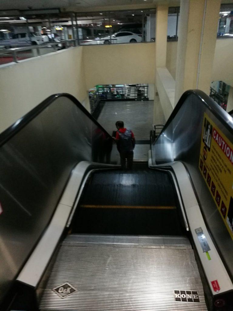 クアラルンプール国際空港バスターミナル移動降りエスカレーター2