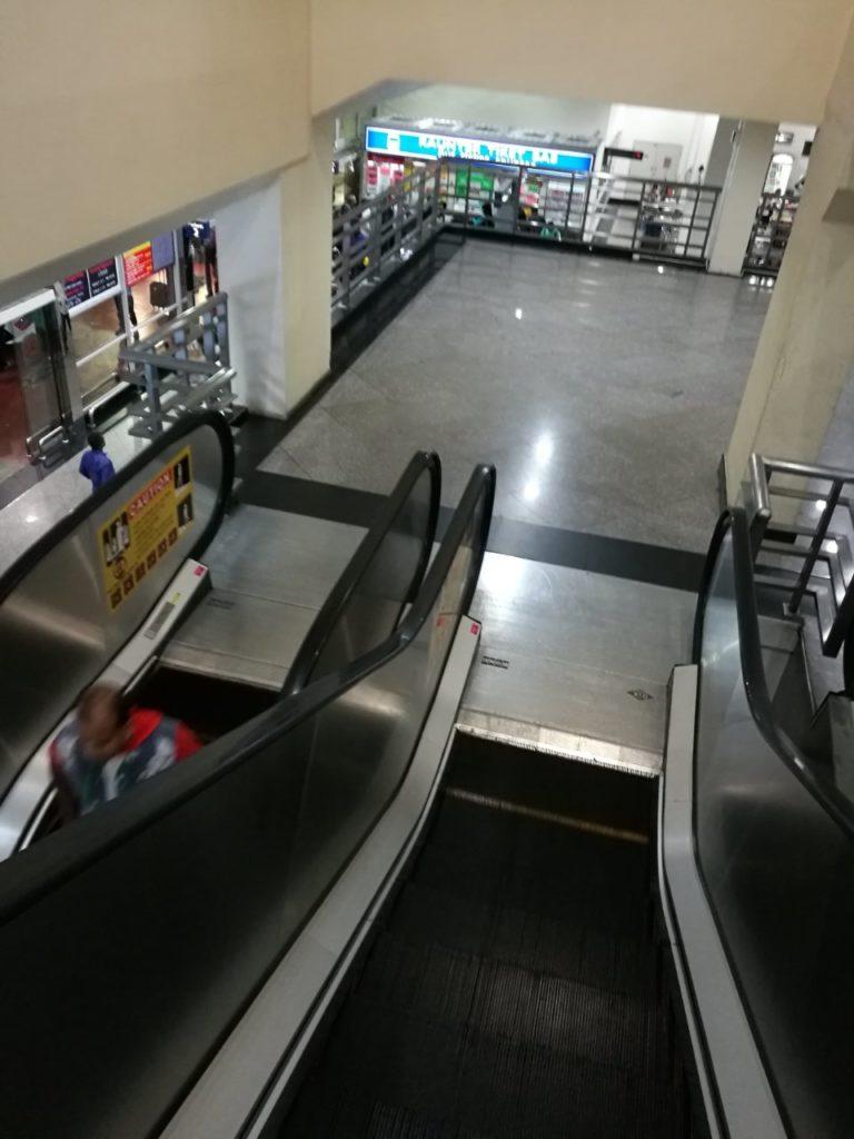クアラルンプール国際空港バスターミナル移動降りエスカレーター3