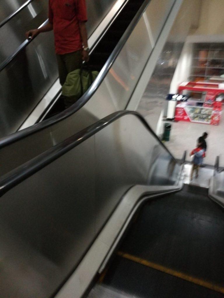 クアラルンプール国際空港バスターミナル移動降りエスカレーター4