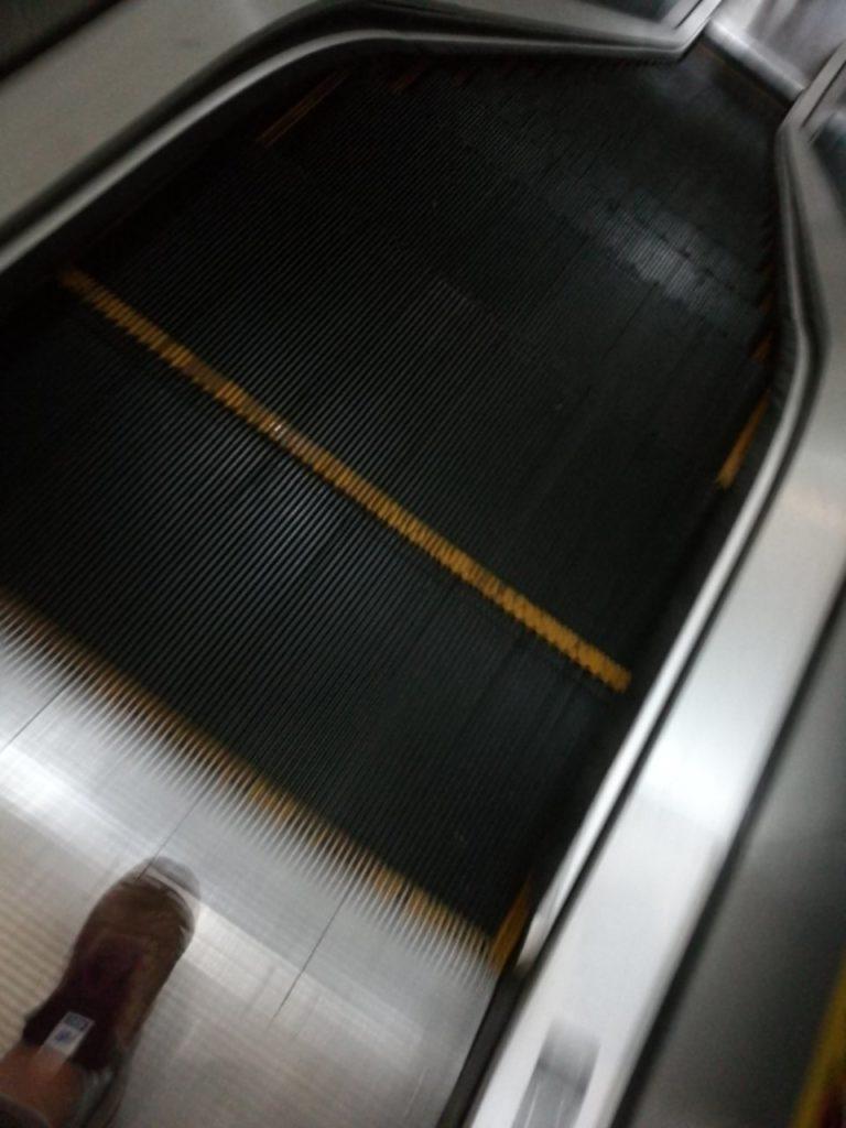 クアラルンプール国際空港バスターミナル移動降りエスカレーター5