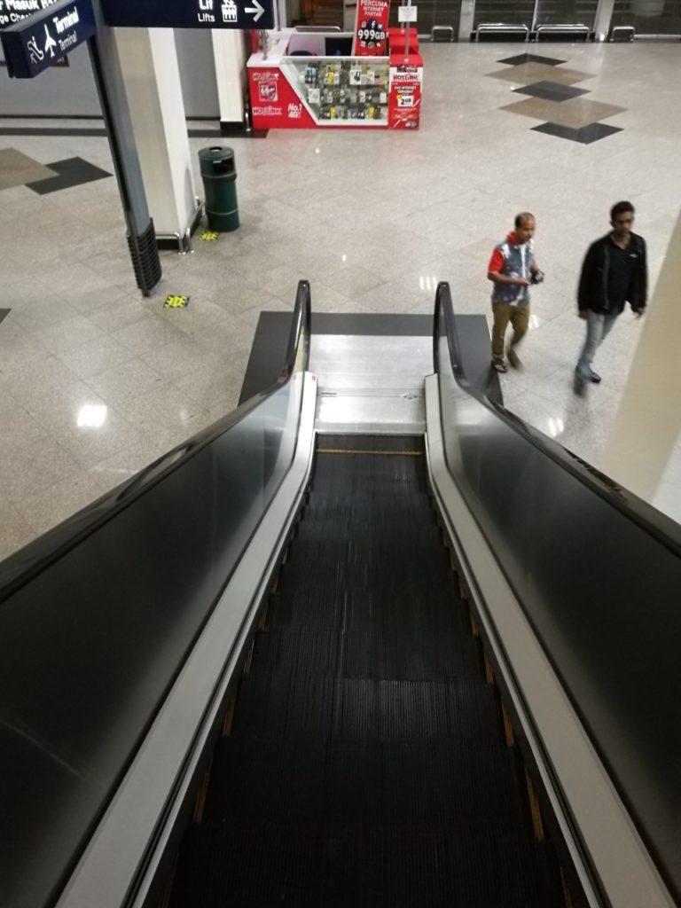 クアラルンプール国際空港バスターミナル移動降りエスカレーター6